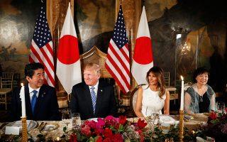 Τα ζεύγη Τραμπ και Αμπε στο δείπνο στο Μαρ-α-Λάγκο.