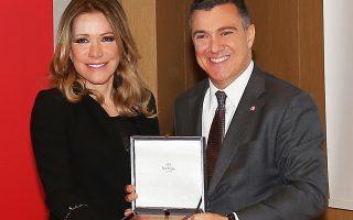 Η Μαριάννα Λάτση παραλαμβάνει το βραβείο από τον πρόεδρο του Ελληνικού Συλλόγου Αποφοίτων του London School of Economics and Political Science Νίκο Σοφιανό.
