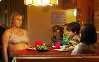 Το «Tully» είναι κωμωδία διά χειρός του σκηνοθέτη Τζέισον Ράιτμαν και της σεναριογράφου Ντιάμπλο Κόντι, οι οποίοι μας έχουν δώσει το «Juno».
