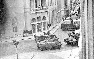 Αθήνα, 21 Απριλίου 1967, ώρα 9 το πρωί. Τανκς των πραξικοπηματιών στη συμβολή των οδών Πειραιώς και Σωκράτους.