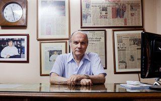 «Η αντιπολίτευση στην Τουρκία αντί να παίξει στο δικό της γήπεδο, το σοσιαλδημοκρατικό, παίζει στο γήπεδο του μιλιταρισμού, του εθνικισμού, του ρατσισμού», τονίζει ο 78χρονος Μιχάλης Βασιλειάδης.