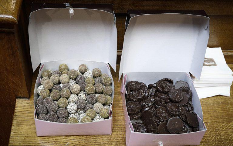 Τα γλυκά στην Κοινοβουλευτική Ομάδα του ΣΥΡΙΖΑ (φωτογραφίες)