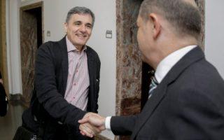 Στιγμιότυπο από τη συνάντηση των δύο ΥΠΟΙΚ, Ευκλείδη Τσακαλώτου και Ολαφ Σολτς.