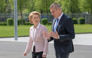 Η Γερμανίδα υπουργός Αμυνας Ούρσουλα φον ντερ Λάιεν με τον Αυστριακό ομόλογό της Μάριο Κούνασεκ, χθες στο Βερολίνο.
