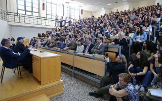 Κατάμεστο το αμφιθέατρο Σαριπόλων της Νομικής Σχολής για την τελευταία διάλεξη του Σταύρου Τσακυράκη.