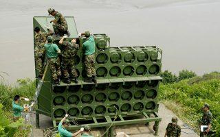 Στρατιώτες της Νότιας Κορέας κατεβάζουν τα μεγάφωνα από παρατηρητήριο, κοντά στα σύνορα με τους βόρειους γείτονές τους.