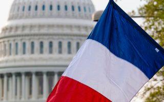 Η γαλλική σημαία ανεμίζει, πλάι στην αστερόεσσα, στον δρόμο προς το Καπιτώλιο, προς τιμήν του Εμανουέλ Μακρόν, ο οποίος επισκέπτεται επίσημα τις Ηνωμένες Πολιτείες.