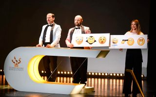 Ο Γιώργος Πυρπασόπουλος (αριστερά) και ο Μάκης Παπαδημητρίου, σε ρόλο παρουσιαστών, έδωσαν κωμικό τόνο στην εκδήλωση της Δευτέρας.