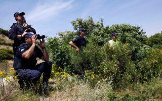 Οι αστυνομικοί πολλές φορές εντοπίζουν μετανάστες πλήρως... προετοιμασμένους. «Στο σημείο της αποβίβασης βρίσκουμε εκεί, προτού πατήσουν οι πρόσφυγες το πόδι τους, τον δικηγόρο και τον οδηγό που θα τους μεταφέρει σε Αθήνα ή Θεσσαλονίκη», λέει αστυνομικός στην «Κ».