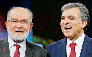 Ο Αμπντουλάχ Γκιουλ με τον πρόεδρο του Κόμματος Ευδαιμονίας, Τεμέλ Καραμολάογλου, σε προχθεσινή εκδήλωση στην Κωνσταντινούπολη.