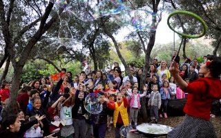 Η ομάδα «La Petite Marguerite» ενθουσίασε τα παιδιά με το δρώμενο με τις σαπουνόφουσκες την περασμένη Παρασκευή.