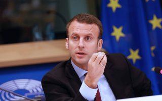 Αυτή η κίνηση αποτελεί μια προσπάθεια της Επιτροπής να προωθήσει μία από τις ιδέες του Γάλλου προέδρου Εμανουέλ Μακρόν για τη μεταρρύθμιση της Ευρωζώνης, μέσω της δημιουργίας ενός «σταθεροποιητικού εργαλείου».