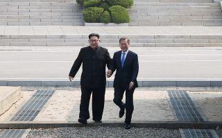 Οι δύο ηγέτες με ένα «συμβολικό βήμα» περνούν τη συνοριακή γραμμή στην αποστρατιωτικοποιημένη ζώνη.