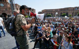 Ο ηγέτης της αντιπολίτευσης στην Αρμενία Νικόλ Πασινιάν μιλάει στο συ-γκεντρωμένο πλήθος στο Ερεβάν.