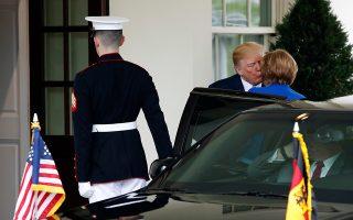 Ο Αμερικανός πρόεδρος Ντόναλντ Τραμπ ασπάζεται την Αγκελα Μέρκελ κατά την άφιξή της στον Λευκό Οίκο, στην Ουάσιγκτον.