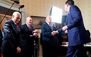 Ιανουάριος 2017. Ο Τραμπ χαιρετά τον τότε διευθυντή του FBI, Τζέιμς Κόουμι, που έγραψε ένα αποκαλυπτικό για τον Αμερικανό πρόεδρο βιβλίο.