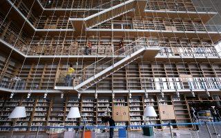 Φωτογραφία που δόθηκε στη δημοσιότητα στις 30 Ιανουαρίου 2018 δείχνει εξωτερικούς συνεργάτες οι οποίοι μεταφέρουν χαρτοκιβώτια που περιέχουν αρχεία των συλλογών της Εθνικής Βιβλιοθήκης τα οποία στη συνέχεια τοποθετούνται από το εξειδικευμένο προσωπικό της ΕΒΕ στον πολυόροφο πύργο του βιβλιοστασίου του ΚΠΙΣΝ, την Πέμπτη 18 Ιανουαρίου 2018. Μετά από τρία χρόνια εντατικής προετοιμασίας για την ιστορική μετεγκατάσταση, ξεκίνησε στις 8 Ιανουαρίου 2018 η μεταφορά των συλλογών της Εθνικής Βιβλιοθήκης της Ελλάδος από τα δύο κτίρια των Αθηνών (Βαλλιάνειο, Βοτανικός) στο νέο της κτίριο, στο Κέντρο Πολιτισμού Ίδρυμα Σταύρος Νιάρχος. Η μεταφορά, για την οποία έχει διασφαλιστεί η λιγότερη δυνατή καταπόνηση των συλλογών και η μέγιστη ασφάλειά τους, συνεχίζεται και υπολογίζεται να ολοκληρωθεί σε τρεις μήνες. ΑΠΕ-ΜΠΕ/ΑΠΕ-ΜΠΕ/ΣΥΜΕΛΑ ΠΑΝΤΖΑΡΤΖΗ