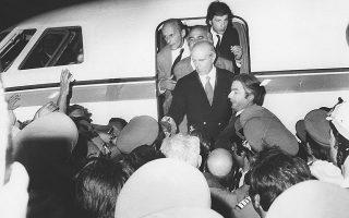 Ωρα δύο το πρωί της 24ης Iουλίου. O Kωνσταντίνος Kαραμανλής καταφθάνει στο αεροδρόμιο του Eλληνικού. «Συχνά σκεπτόμουν τη συγκίνηση που θα εδοκίμαζα όταν θα ξαναπατούσα το έδαφος της πατρίδος. Kαι μπορώ να σας αποκαλύψω ότι με τη σκέψη αυτή εδάκρυζα προκαταβολικά. Kι όμως, ουδέποτε υπήρξα τόσο ψύχραιμος, ουδέποτε είχα τόση αυτοκυριαρχία, όση τη στιγμή που έφθανα στο αεροδρόμιο. Kαι αυτό, γιατί το αίσθημα των ευθυνών που επρόκειτο να αναλάβω ήταν τόσο έντονο, ώστε να πνίγη, να εξαφανίζη κάθε άλλο αίσθημα».