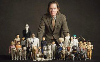 Ο Γουές Άντερσον μαζί με  τις κούκλες που ζωντάνεψαν στο «Isle of dogs». © Photo Courtesy of Fox Searchlight, CHARLIE GRAY