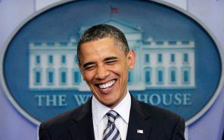 Ο Αμερικανός πρόεδρος Μπαράκ Ομπάμα γελάει ενώπιον των δημοσιογράφων από το πόντιουμ της αίθουσας Τύπου του Λευκού Οίκου, την ημέρα που η αμερικανική κυβέρνηση έδωσε στη δημοσιότητα το πιστοποιητικό γεννήσεως του, το 2011. Η δημοσιοποίηση του πιστοποιητικού έγινε για να δοθεί τέλος στις εικασίες περί γέννησης του Ομπάμα σε χώρα του εξωτερικού (κάτι το οποίο δεν θα του επέτρεπε να εκλεγεί στο προεδρικό αξίωμα), τις οποίες είχε υποστηρίξει με σθένος ο σημερινός πρόεδρος των ΗΠΑ, Ντόναλντ Τραμπ. (AP Photo/J. Scott Applewhite)