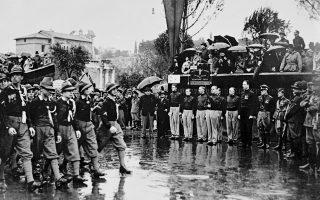Ο Σερ Όσβαλντ Μόσλι, ηγέτης της Βρετανικής Ένωσης Φασιστών, μαζί με άλλα ανώτατα στελέχη του κόμματος του, παρακολουθεί μία παρέλαση διαφόρων ένστολων σωμάτων του Εθνικού Φασιστικού Κόμματος και του ιταλικού κράτους, κατά την επίσημη επίσκεψη του στη Ρώμη, το 1933. O Mόσλι, ο οποίος είχε στήσει τη δική του, βρετανική εκδοχή του Φασισμού, στο Ηνωμένο Βασίλειο, έγινε δεκτός με τιμές στην Ιταλία και συναντήθηκε με τον ίδιο τον δικτάτορα της Ιταλίας, Μπενίτο Μουσολίνι. (AP Photo)
