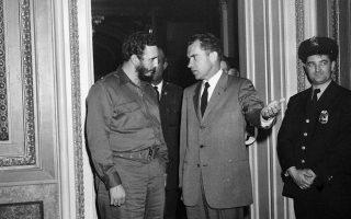 Μόλις δύο μήνες αφότου ανέλαβε την πρωθυπουργία της χώρας του και τρεις και πλέον μήνες από την επικράτηση της Κουβανικής Επανάστασης, ο Φιντέλ Κάστρο συναντιέται με τον αντιπρόεδρο των Ηνωμένων Πολιτειών και μετέπειτα Αμερικανό πρόεδρο Ρίτσαρντ Νίξον, στην Ουάσιγκτον, με τη συνάντηση τους να διαρκεί περισσότερες από δύο ώρες, το 1959. Ο Κουβανός ηγέτης είχε κάνει τότε λόγο για «πολύ φιλικό κλίμα» στις συζητήσεις με τον Αμερικανό αντιπρόεδρο. (AP Photo)