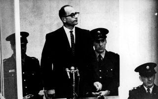 Ξεκινά η δίκη του «αρχιτέκτονα του Ολοκαυτώματος», Άντολφ Άιχμαν, ο οποίος κατηγορείται για εγκλήματα κατά της ανθρωπότητας και του εβραϊκού λαού, στην Ιερουσαλήμ, το 1961. Ο πρώην συνταγματάρχης των SS και επικεφαλής του Γραφείου Εβραϊκών Υποθέσεων της Γκεστάπο στέκεται μέσα σε έναν ειδικά διαμορφωμένο θάλαμο από αλεξίσφαιρο γυαλί και ατσάλι. Έναν περίπου χρόνο αργότερα, το δικαστήριο τον καταδίκασε σε θάνατο δια απαγχονισμού για δεκαπέντε αδικήματα, απορρίπτοντας εν συνεχεία την αίτηση χάριτος που υπέβαλε ο κατηγορούμενος. (AP-Photo/HO.L.)