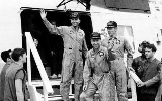 Οι τρεις αστροναύτες της επανδρωμένης διαστημικής αποστολής «Απόλλων 13», Φρέντ Χέιζ, Τζακ Σουάιγκερτ και Τζέιμς Άρθουρ Λόβελ, εξέρχονται ενός ελικοπτέρου, προτού επιβιβαστούν στο αμερικανικό αεροπλανοφόρο «Iwo Jima», μετά την επιτυχημένη επιστροφή τους στη Γη, το 1970. Η συγκεκριμένη αποστολή του Προγράμματος Απόλλων της NASA δεν κατάφερε να πετύχει τον τελικό της στόχο, την προσεδάφιση ανθρώπων στη Σελήνη, λόγω βλάβης που παρουσιάστηκε στο διαστημικό σκάφος, με αποτέλεσμα να διακοπεί η πτήση και να επιστρέψει το πλήρωμα στη Γη. (ΑP Photo)