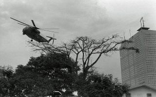 Μετά από σχεδόν είκοσι ολόκληρα χρόνια, ο Πόλεμος του Βιετνάμ φτάνει στο τέλος του, με τις δυνάμεις του Βορείου Βιετνάμ και τους αντάρτες των Βιετκόνγκ να καταλαμβάνουν τη Σαιγκόν, και την αμερικανική πρεσβεία να εκκενώνεται αεροπορικώς από το προσωπικό της και τους πεζοναύτες που είχαν αναλάβει τη φύλαξη της, το 1975.  (AP Photo/phu)