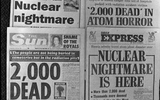 Το χειρότερο πυρηνικό ατύχημα στην ιστορία της ανθρωπότητας λαμβάνει χώρα στον Πυρηνικό Σταθμό Παραγωγής Ενέργειας του Τσέρνομπιλ της Σοβιετικής Ένωσης, στη σημερινή Ουκρανία, προκαλώντας παγκόσμιο σοκ και επηρεάζοντας καταστροφικά την υγεία εκατοντάδων χιλιάδων ανθρώπων εξαιτίας της επιβάρυνσης της ατμόσφαιρας με ραδιενέργεια, το 1986. Ο φόβος ενός πυρηνικού ολοκαυτώματος, κυρίαρχος παγκοσμίως την περίοδο του Ψυχρού Πολέμου, αντανακλάται στα πρωτοσέλιδα των βρετανικών εφημερίδων της συγκεκριμένης ημέρας, που κάνουν λόγο για 2.000 νεκρούς από την πυρηνική καταστροφή, οι οποίοι στην πραγματικότητα ήταν μόλις κάποιες δεκάδες. (AP Photo)