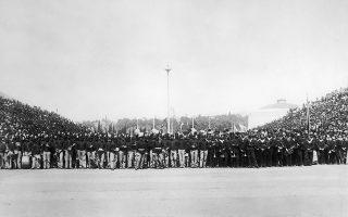 Πλήθος κόσμους έχει συγκεντρωθεί στο Παναθηναϊκό Στάδιο, για να παρακολουθήσει την τελετή έναρξης των πρώτων Ολυμπιακών Αγώνων της σύγχρονης εποχής, στην Αθήνα, το 1896. Στην μπροστινή σειρά διακρίνονται μέλη του ελληνικού στρατού και του πολεμικού ναυτικού, καθώς και μέλη της στρατιωτικής μπάντας που ετοιμάζονται να τραγουδήσουν τον Ολυμπιακό ύμνο. (AP Photo)