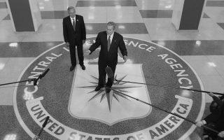 Μάρτιος, 2006. Ο πρόεδρος Μπους στο αρχηγείο της CIA με τον διοικητή της Πόρτερ Γκος πίσω του, ο οποίος διαδέχθηκε τον αμφιλεγόμενο Τζορτζ Τένετ. Φωτογραφία από το βιβλίο.