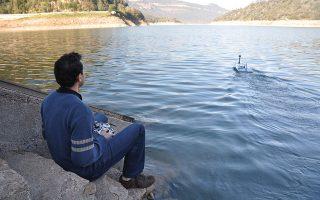 Με το τηλεχειριζόμενο σκάφος, το οποίο θα «σαρώνει» την Υλίκη δυο-τρεις φορές την εβδομάδα, η ΕΥΔΑΠ θα μπορεί να πραγματοποιεί ποιοτικούς ελέγχους στο νερό, σε οποιοδήποτε σημείο, σε πραγματικό χρόνο. Στη φωτογραφία, δοκιμή του σκάφους σε λίμνη στην Ισπανία.