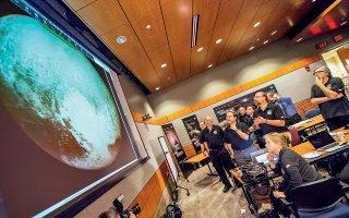 Μέλη της ομάδας της αποστολής «Νέοι Ορίζοντες» πανηγυρίζουν καθώς λαμβάνουν την πιο καθαρή φωτογραφία του Πλούτωνα από τη διαστημοσυσκευή. Βασικό μέλος της επιστημονικής ομάδας ήταν και ο Σταμάτης Κριμιζής.