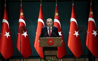 Η επίσημη δικαιολογία για την πρόωρη προσφυγή στις κάλπες ήταν ότι η πλήρης εφαρμογή του νέου προεδρικού συστήματος προβλέπεται να γίνει μετά τις επόμενες προεδρικές εκλογές. Στην πραγματικότητα, όμως, ο Ερντογάν ήθελε να εκμεταλλευθεί το «ευνοϊκό» για τον ίδιο μομέντουμ...