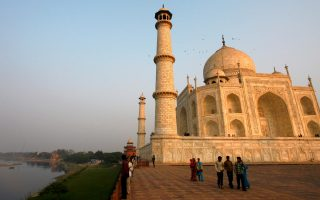 FILE PHOTO: Tourists walk in front of the historic Taj Mahal in the northern Indian city of Agra January 17, 2009.  REUTERS/Vijay Mathur/File Photo