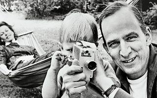 Ο Ινγκμαρ Μπέργκμαν μυεί τον γιο του, Ντάνιελ, στα μυστικά της κάμερας, το 1960. Στο φόντο παρακολουθεί η μητέρα του παιδιού, Κίμπι Λαρετάι.