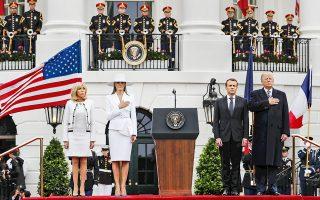Τα ζεύγη Τραμπ και Μακρόν χθες στον Λευκό Οίκο. Ο Ντόναλντ Τραμπ εκθείασε την «πολύ ειδική σχέση» του με τον Γάλλο ομόλογό του, ο οποίος προσπάθησε να τον πείσει να μην αποσύρει τη χώρα του από τη διεθνή συμφωνία για το ιρανικό πυρηνικό πρόγραμμα. Ο Μακρόν υποστήριξε ότι μπορούν να υπάρξουν προσθήκες στη συμφωνία, ενώ αναγνώρισε την ανάγκη να περιοριστεί η στρατιωτική παρουσία του Ιράν στη Μέση Ανατολή. Η Συνθήκη του Παρισιού για την κλιματική αλλαγή και ο κίνδυνος εμπορικών πολέμων βρέθηκαν επίσης στο επίκεντρο των συνομιλιών.