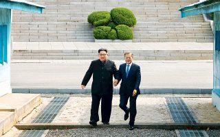 Για πρώτη φορά από το τέλος του κορεατικού πολέμου, το 1953, ένας ηγέτης της Βόρειας Κορέας, ο Κιμ Γιονγκ Ουν (αριστερά), πέρασε χθες το σύνορο που διχοτομεί τη χερσόνησο, προκειμένου να συναντηθεί με τον πρόεδρο της Νότιας Κορέας Μουν Τζάε Ιν. Στην κοινή διακήρυξή τους, οι δύο ηγέτες δεσμεύονται να εργαστούν για «πλήρη αποπυρηνικοποίηση» και για τη μετατροπή της εκεχειρίας σε συμφωνία διαρκούς ειρήνης. Ο Αμερικανός πρόεδρος Ντόναλντ Τραμπ χαιρέτισε την εξέλιξη, προσθέτοντας ότι «μόνον ο χρόνος θα δείξει» τι θα συμβεί τελικά.