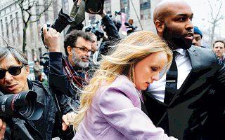 Πανδαιμόνιο προκαλεί έξω από δικαστήριο της Νέας Υόρκης η άφιξη της διάσημης, πλέον, πορνοστάρ Στόρμι Ντάνιελς, η οποία φέρεται να έχει λάβει γενναία αμοιβή προκειμένου να μην αποκαλύψει λεπτομέρειες της περιστασιακής σχέσης της με τον Ντόναλντ Τραμπ. «Ηθικά ακατάλληλο» για το αξίωμά του χαρακτήρισε τον Αμερικανό πρόεδρο ο πρώην διευθυντής του FBI Τζέιμς Κόουμι.