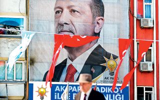 Η εικόνα του Ταγίπ Ερντογάν, σε αφίσες και τηλεοράσεις, είναι πανταχού παρούσα στην Τουρκία, είτε η χώρα βρίσκεται σε προεκλογική περίοδο είτε όχι. Αντιθέτως, η αντιπολίτευση δεν έχει ακόμη ορίσει υποψήφιο για τις αιφνιδιαστικές προεδρικές εκλογές της 24ης Ιουνίου, οι οποίες θα επισφραγίσουν την ενίσχυση των προεδρικών εξουσιών.