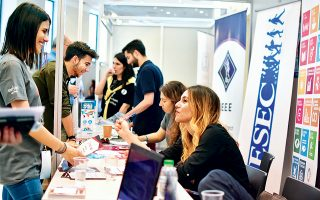 Περίπου 2.500 φοιτητές και απόφοιτοι ελληνικών ΑΕΙ θα συναντήσουν εκπροσώπους πενήντα μεγάλων εταιρειών στο Job Fair Athens στο Ζάππειο –μια διοργάνωση φοιτητών του ΕΜΠ για τη διασύνδεση των νέων με την αγορά εργασίας– και πολλοί θα προσληφθούν.