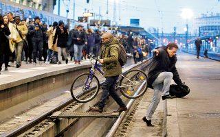 Ποδήλατο και σκαρφάλωμα, ως απεγνωσμένες απόπειρες αποφυγής του συνωστισμού στον Σταθμό Λυών του Παρισιού. Η χθεσινή απεργία καθήλωσε τα περισσότερα τρένα και σήμανε την έναρξη ενός μαραθωνίου κυλιόμενων κινητοποιήσεων. Πρόκειται για τη σοβαρότερη, μέχρι στιγμής, δοκιμασία στο μεταρρυθμιστικό πρόγραμμα του προέδρου Εμανουέλ Μακρόν.