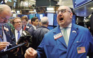 Στον απόηχο της ενδεχόμενης υιοθέτησης πολιτικών προστατευτισμού σημειώθηκαν μαζικές ρευστοποιήσεις στις παγκόσμιες χρηματιστηριακές αγορές στις αρχές της εβδομάδας, προτού ανακάμψουν μερικώς την Τετάρτη και την Πέμπτη.