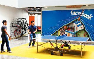 Ο Ζούκερμπεργκ, από την ίδρυση της Facebook έως σήμερα, παίρνει ένα δολάριο τον χρόνο. Δεν λαμβάνει μπόνους ούτε αποδόσεις από τις μετοχές του. Η περυσινή υψηλή αμοιβή του αφορά το κόστος των μετακινήσεών του με ιδιωτικό αεροσκάφος, αλλά και της ασφάλειάς του.