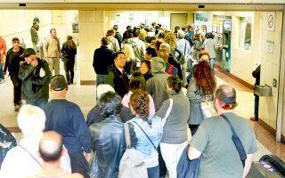 Εγκλωβισμένοι βρέθηκαν επιβάτες που είχαν επιβιβαστεί σε άλλο σταθμό χωρίς εισιτήριο και δεν διέθεταν τα «διαπιστευτήρια» για την έξοδο.