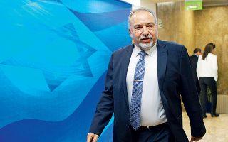 Ο εικονιζόμενος, υπουργός Αμυνας του Ισραήλ, Αβιγκντόρ Λίμπερμαν, συνέχισε χθες τον πόλεμο λέξεων που μαίνεται τις τελευταίες εβδομάδες μεταξύ Τεχεράνης και Τελ Αβίβ.