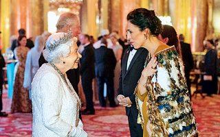 Η βασίλισσα Ελισάβετ καλωσορίζει την πρωθυπουργό της Νέας Ζηλανδίας, Τζακίντα Αρντερν, η οποία φέρει τον παραδοσιακό μανδύα των Μαορί.