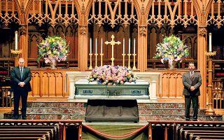 Σε λαϊκό προσκύνημα εξετέθη η σορός της Μπάρμπαρα Μπους, η οποία απεβίωσε 92 ετών. Ο πρόεδρος Τραμπ δεν θα παραστεί στην κηδεία της.