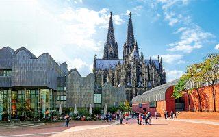 Το παρόν συνδιαλέγεται με το παρελθόν και ο καθεδρικός ναός της Κολωνίας «συναντά» το Μουσείο Ludwig. (Φωτογραφία: © Getty Images/Ideal Image)